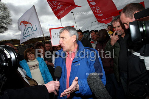 Tony Woodley, Joint-Gen Sec of Unite the Union, on the picket line speaking to the press. British Airways cabin crew on the third day of strike action over pay and working conditions. London Heathrow Airport. - Justin Tallis - 2010-03-22
