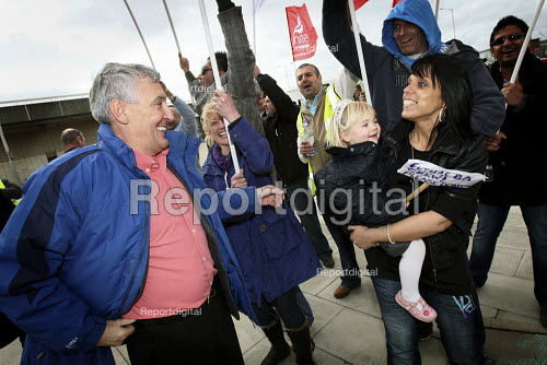 Tony Woodley, Joint-Gen Sec of Unite the Union, on the picket line supporting the workers. British Airways cabin crew on the third day of strike action over pay and working conditions. London Heathrow Airport.Hatton Cross. - Justin Tallis - 2010-03-22