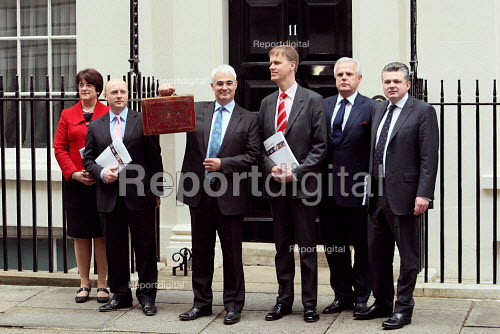 Chancellor Alistair Darling delivers the 2010 Budget with the treasury team. Left to right, Sarah McCarthy Fry, Liam Byrne, Alistair Darling, Stephen Timms, Paul Myner and Ian Pearson. Downing Street, London. - Justin Tallis - 2010-03-24