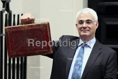 Chancellor Alistair Darling delivers the 2010 Budget. Downing Street, London. - Justin Tallis - 2010-03-24