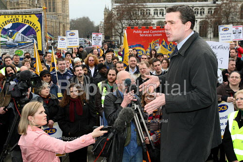 Mark Serwotka, PCS Gen-Sec, giving a speech to members. Civil servants strike on Budget Day to protect jobs and public services. Westminster, London. - Justin Tallis - 2010-03-24