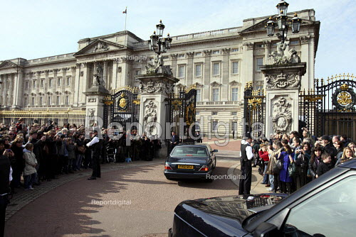 Prime Minister Gordon Brown arriving at Buckingham Palace to ask the Queen to dissolve Parliament prior to a general election. London. - Justin Tallis - 2010-04-06
