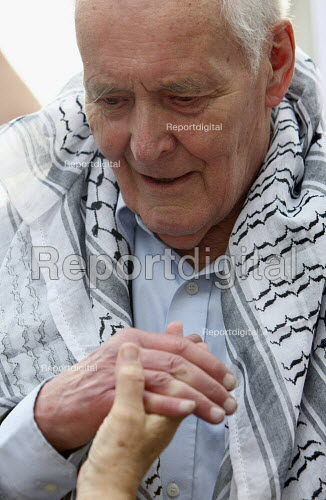 Protesting through the streets of London against the Israeli attack on a flotilla of vessels bound for Gaza. Tony Benn leaving the stage. - Justin Tallis - 2010-06-05