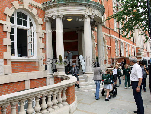 Parents picking up their children at the end of the day. Gems Hampshire School, Chelsea, London. Dubi biased GEMS Education will be one of the private providers of Academy and Free Schools. - Justin Tallis - 2010-06-21