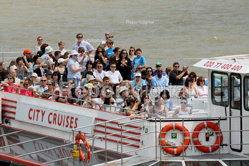 Tourists on a riverboat cruise along the Thames. London. - Justin Tallis - 2010-06-25