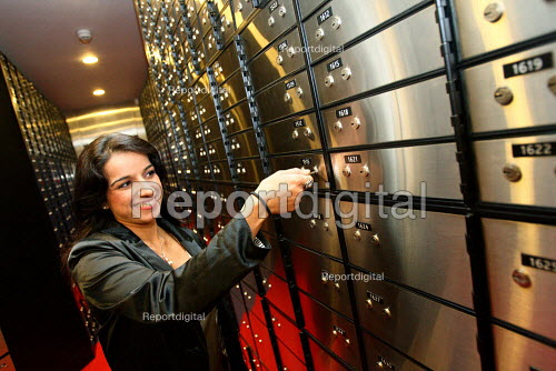 First branch of Metro Bank opens in Holborn. Customer accessing safe deposit box. London. - Justin Tallis - 2010-07-29