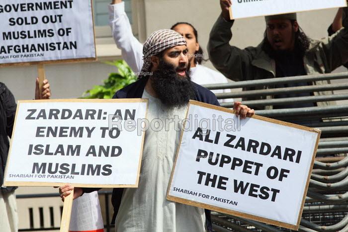 Shariah for Pakistan protest outside the Pakistani Embassy in Knightsbridge. London. - Justin Tallis - 2010-08-05