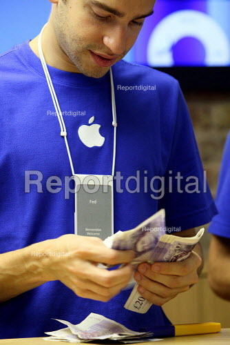 Staff counting 20 pound notes at Apples Covent Garden store in London. - Justin Tallis - 2010-08-07