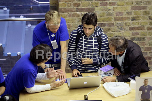 Staff giving advice at Apples Covent Garden store in London. - Justin Tallis - 2010-08-07