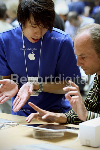Staff giving advice on using the iPad at Apples Covent Garden store in London. - Justin Tallis - 2010-08-07