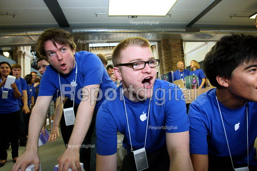 Cheering and clapping the customers as Apple opens a new store in Covent Garden, London. - Justin Tallis - 2010-08-07