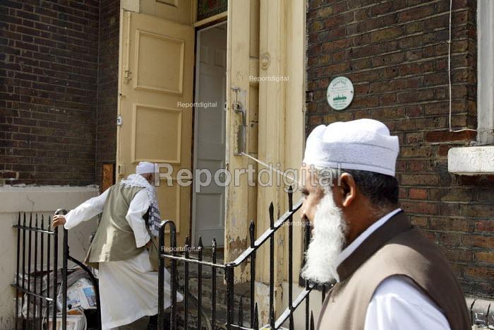 Men arriving at Brick Lane Mosque, East London. - Justin Tallis - 2010-09-03