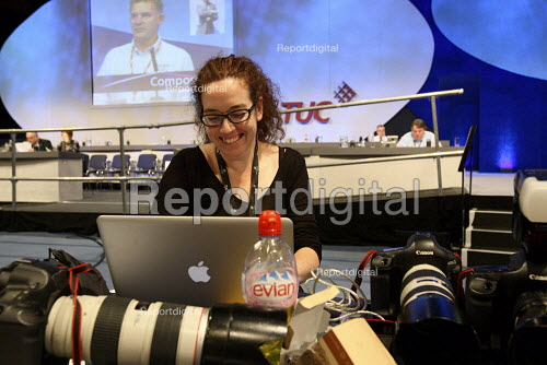 Jess Hurd photographer working at the TUC Conference, Manchester. - Justin Tallis - 2010-09-14