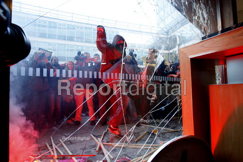 Students smash through the lobby windows of Millbank Tower. Demonstration against plans to raise tuition fees and cuts in university funding. London. - Justin Tallis - 2010-11-10