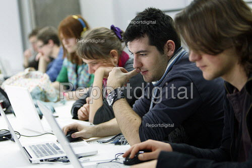 Students using 'Hot Desks' to study. Ravensbourne specialist higher education college, Greenwich, London. - Justin Tallis - 2010-12-06