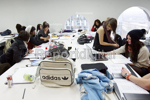 Students studying for a Foundation Diploma in Art and Design working in an open plan teaching area. Ravensbourne specialist higher education college, Greenwich, London. - Justin Tallis - 2010-12-06