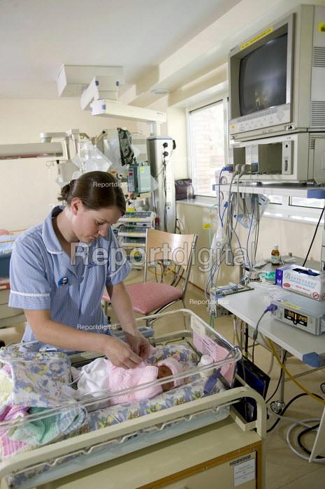 The Neonatal Intensive Care Unit at Southmead Hospital, Bristol. - Paul Box - 2006-07-21