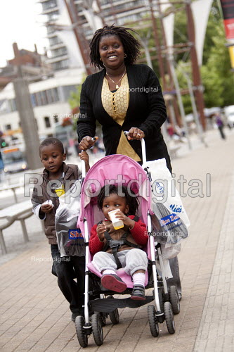 A mother and her children. - Paul Box - 2009-09-02