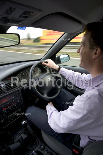 An office worker commuting on the M4, Bristol - Paul Box - 2005-12-13