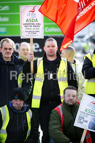 ASDA ends its contract with Welsh Country Foods (WCF) in Llangefni, Angelsey. Workers protest at Asda Bangor. Wales. Workers at a closure-threatened meat plant on Anglesey have asked customers to boycott Asda stores. - Paul Box - 2013-01-26