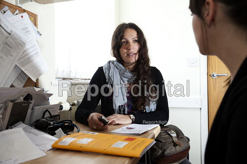 A pregnant woman has a check up by a student midwife, Gloucester Road Medical Centre, Bristol. - Paul Box - 2012-07-17