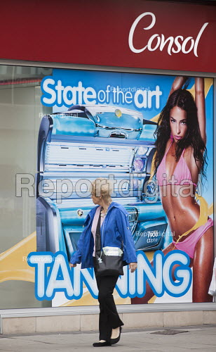 Consol tanning shop, advertisement for sunbeds, Bristol. - Paul Box - 2013-08-24
