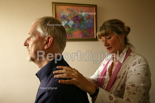 Bristol Cancer Help centre. Integrated health seminar. A delegate has a head massage. - Paul Box - 2004-08-02