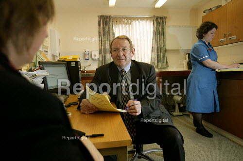 Bath Hospital, A consultant in discussion with a cancer patient. - Paul Box - 2005-01-20