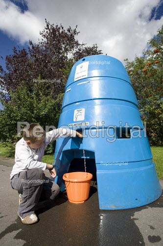 Gloucester, Citizens that have no water supply due to the flooded water works plant in Tewkesbury fill have a bowser to get their water. A young boy gets some water. This water needs boiling before drinking. - Paul Box - 2007-07-29