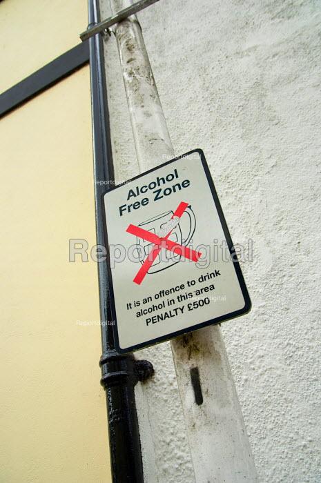 Alcohol Free Zone notice in Totnes, Devon. - Philip Wolmuth - 2006-08-11