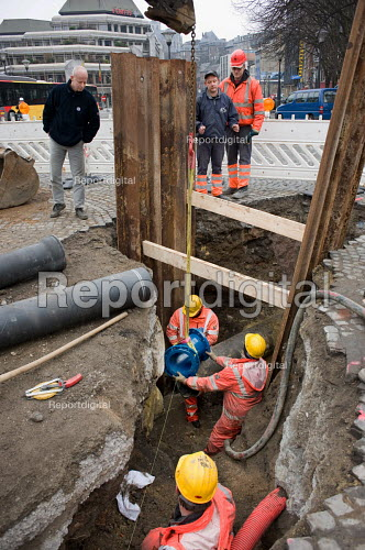 Workers employed by La Cile, a publicly owned water company, replace pipes under a road in the centre of Liege, Belgium. - Philip Wolmuth - 2009-03-05