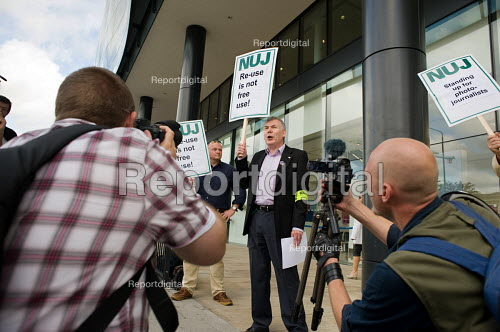 NUJ Freelance Organiser John Toner supports an NUJ protest outside the offices of; Guardian News & Media against the company's plans to stop paying freelance photographers for reuse of their pictures. - Philip Wolmuth - 2009-09-01