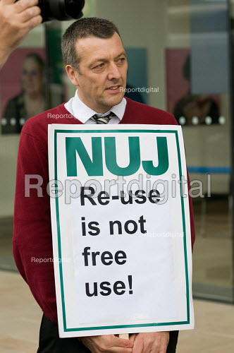 NUJ General Secretary Jeremy Dear supports an NUJ protest outside the offices of Guardian News & Media against the company's plans to stop paying freelance photographers for reuse of their pictures. - Philip Wolmuth - 2009-09-01