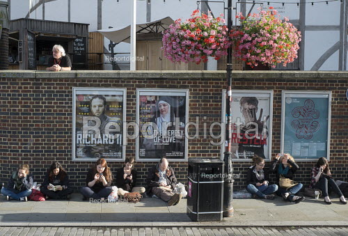 Tourists queueing outside The Globe Theatre London South Bank - Philip Wolmuth - 2015-08-26