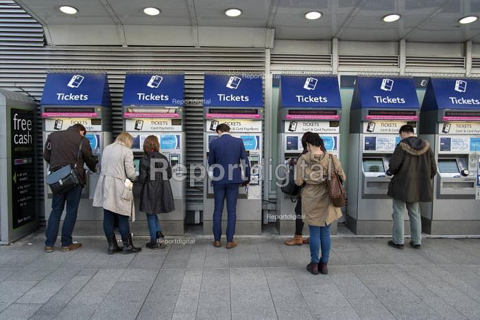 Ticket machines at London Bridge railway station - Philip Wolmuth - 2015-09-30