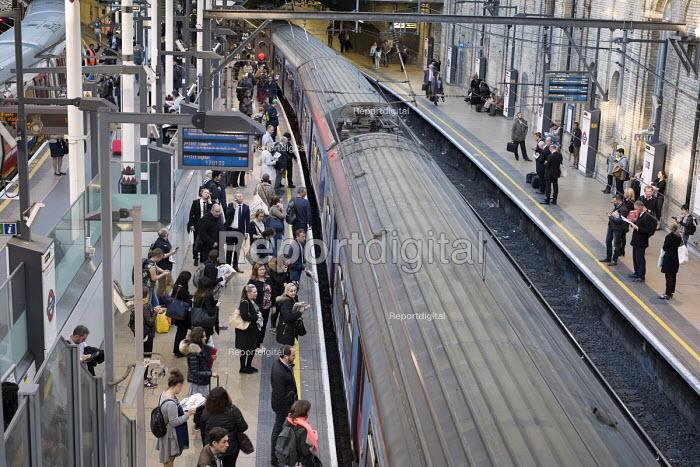 Passengers boarding a Thameslink train London rush hour, Farringdon station - Philip Wolmuth - 2015-10-01