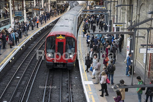 London rush hour passengers and trains at Farringdon underground station - Philip Wolmuth - 2015-10-01