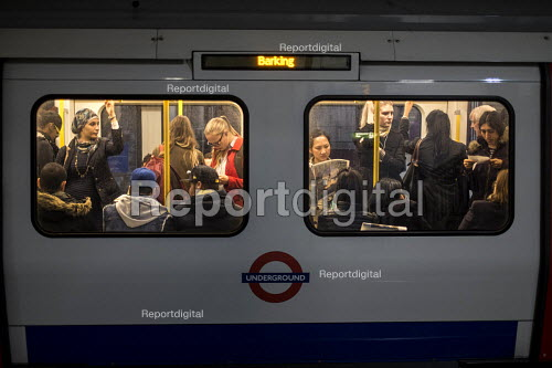 Crowded rush hour tube train carriage, London underground - Philip Wolmuth - 2015-10-05
