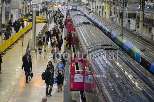 Passengers boarding a train, Paddington station London - Philip Wolmuth - 2015-10-05