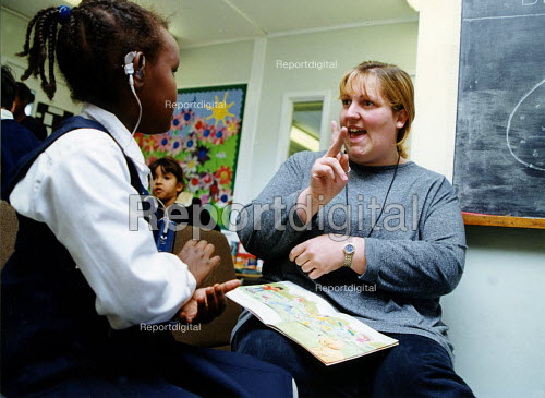 A girl learns signing at integrated primary school, East London - Joanne O'Brien - 20021024