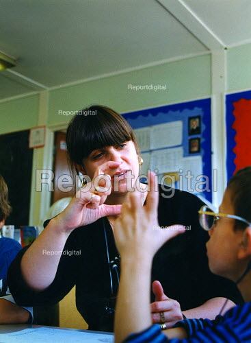 Girl learns signing at integrated primary school, East London - Joanne O'Brien - 20021024