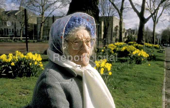 Elderly woman sitting on park bench - Joanne O'Brien - 20021024