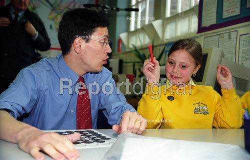David Miliband, Schools Minister at St Pauls C of E Primary School, Tower Hamlets London - Joanne O'Brien - 2003-04-09