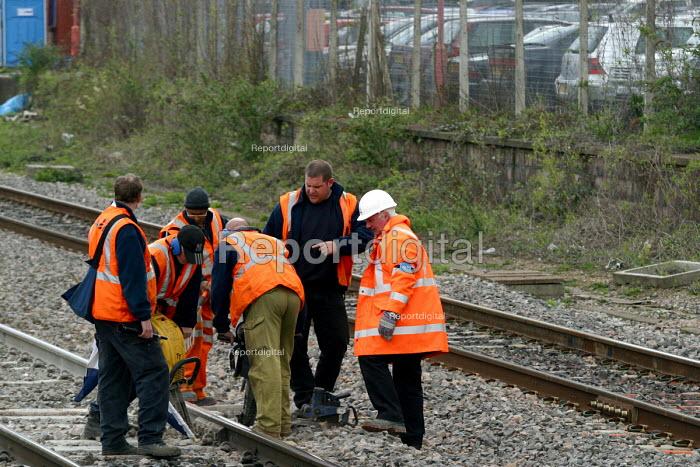 Repairing railway lines - Joanne O'Brien - 2004-05-10