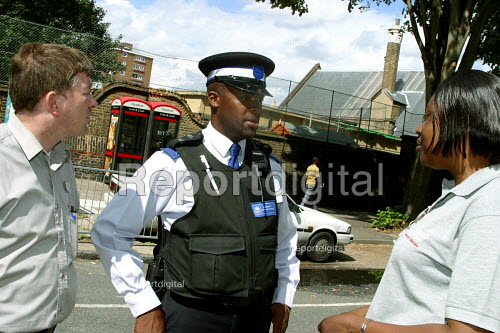 Community wardens and Community Support Police officer in Southwark, South London - Joanne O'Brien - 20021024