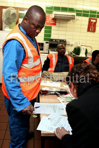 London Tube cleaner who works at night signs up to join the TGWU. - Joanne O'Brien - 20051201