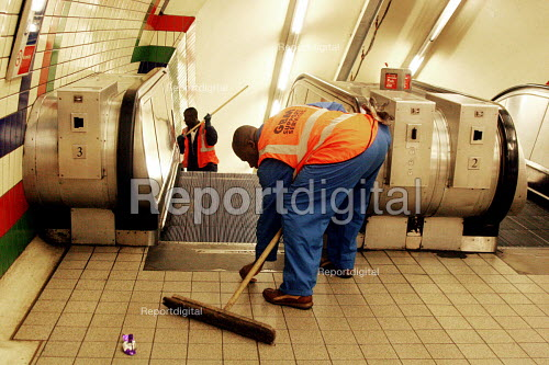 London Tube cleaner who works at night at Piccadilly Circus - Joanne O'Brien - 20051117