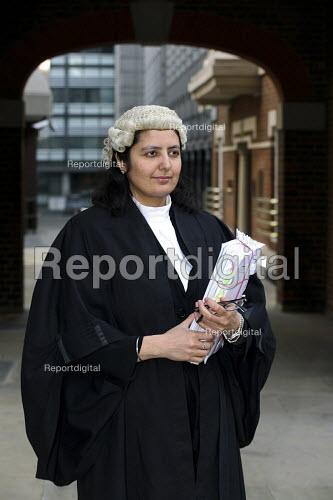 Poonam Bhari, barrister specialising in family law in the street en route to/from court, London. - Joanne O'Brien - 20061221