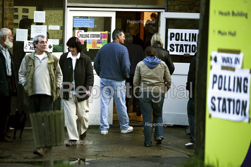 North London polling station on 1. May 2008 for London Mayoral & Assembley elections. The turnout was nearly 48, a fifth higher than the previous mayoral election. - Joanne O'Brien - 2008-05-01