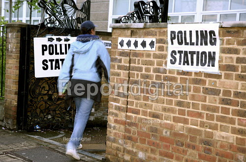 Voter going into a North London polling station on 1. May 2008 for London Mayoral & Assembley elections. The turnout was nearly 48, a fifth higher than the previous mayoral election. - Joanne O'Brien - 2008-05-01